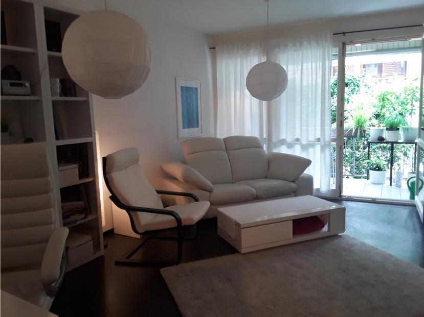 Wohnzimmer mit Balkonblick